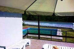 Kъща с басейн