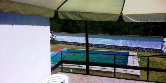 Kъща с басейн на 40 км. от София