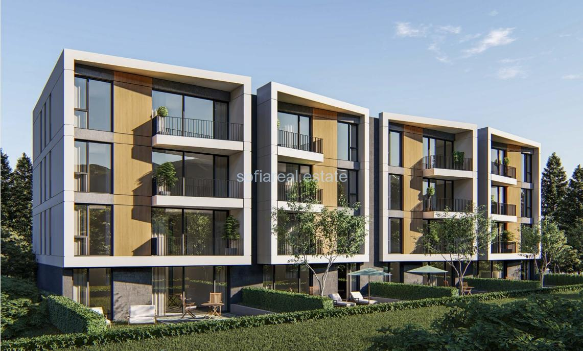 Продава тристаен апартамент със собствен двор